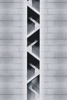 単色の建物の非常口