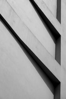 影のあるコンクリートの壁の建物