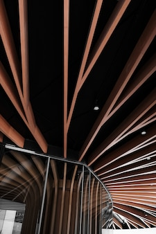 低角度のモダンな建築構造設計