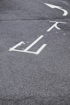 Белая дорожная разметка на асфальте