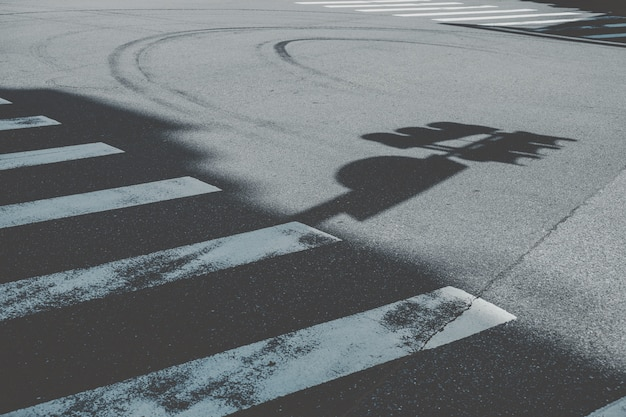 道路標識の影の横にある横断歩道
