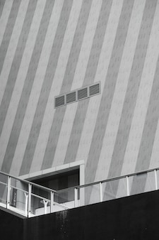 橋の上の建物の入り口