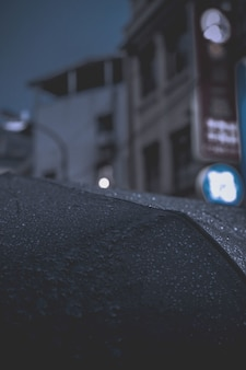 傘のクローズアップの雨滴