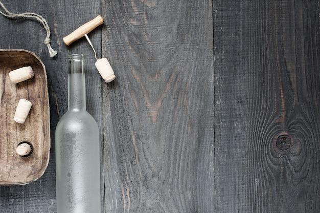 空のワインのボトルとアクセサリー