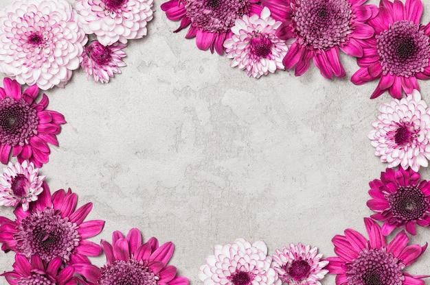 花で飾られた灰色のテクスチャ背景