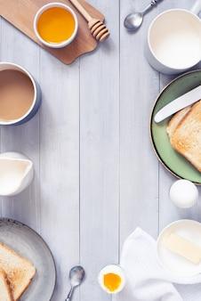 軽いコンチネンタル式朝食と木製の背景