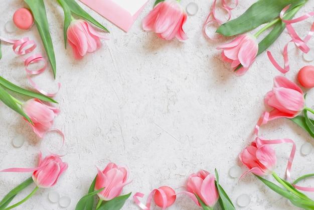 Белый текстурированный фон с тюльпанами