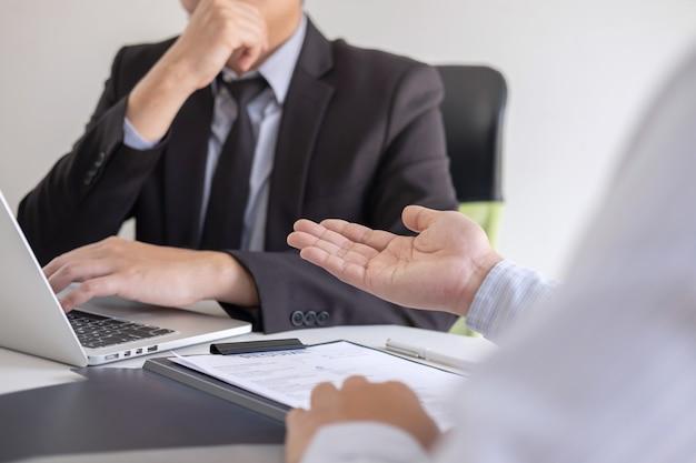 Работодатель приезжает на собеседование, бизнесмен слушает ответы кандидата, рассказывает о своем профиле и разговорной мечте, менеджер сидит на работе собеседование в офисе