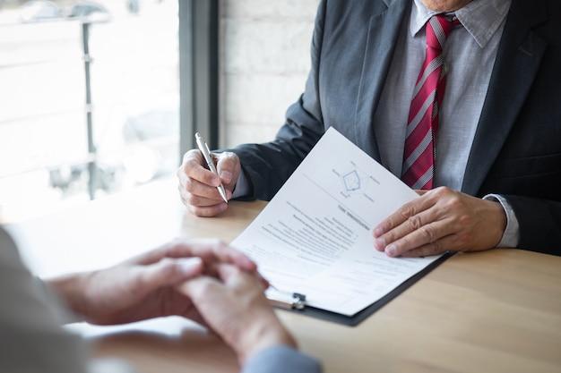 候補者の彼のプロフィールについての履歴書を読んで保持している雇用主または採用担当者、スーツを着た雇用者は、就職の面接、マネージャーのリソースの雇用と採用コンセプトを実施しています
