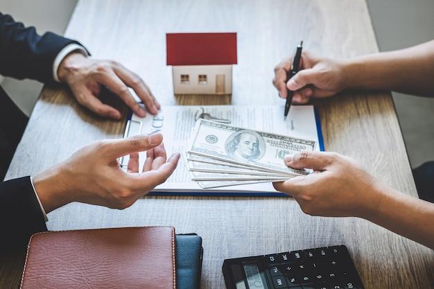 不動産業者ブローカーは、承認された住宅ローン申請書で契約契約不動産に署名した後、顧客からお金を受け取ります。