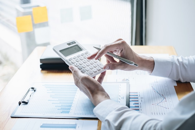 Бизнес-бухгалтер анализирует и рассчитывает расходы, финансовый годовой отчет, бухгалтерский баланс