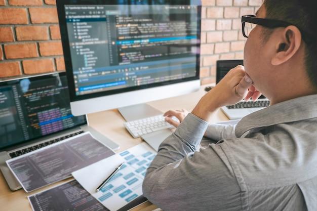 ソフトウェアのウェブサイトの設計とコーディング技術に取り組むプロの開発者プログラマー、会社のオフィスでコードとデータベースを書く、グローバルなサイバー接続技術