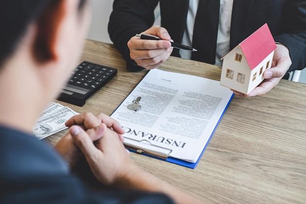 不動産業者ブローカーは、承認された住宅ローン申請書、住宅ローンの住宅ローン保険の購入、および住宅保険を使用して、契約フォームとクライアント署名契約契約不動産に提示します
