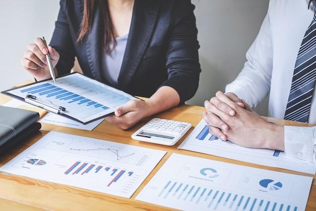 Профессиональная исполнительная бизнес-команда проводит мозговой штурм на встрече с целью планирования работы инвестиционного проекта и стратегии ведения бизнеса, беседы с партнером и консультации о сотрудничестве