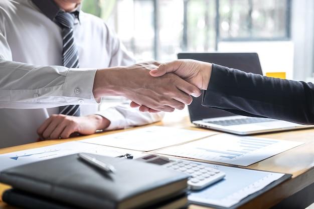 Завершение разговора после совместной работы, рукопожатие двух деловых людей после заключения контракта, чтобы стать партнером, совместная командная работа