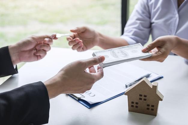 家と鍵をクライアントに与える不動産業者