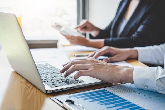 Профессиональный руководитель бизнес коллеги, работающие и анализирующие с новым проектом учета финансовиндустриальных инвестиций
