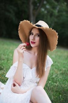 都市公園でのピクニックに魅力的な少女。