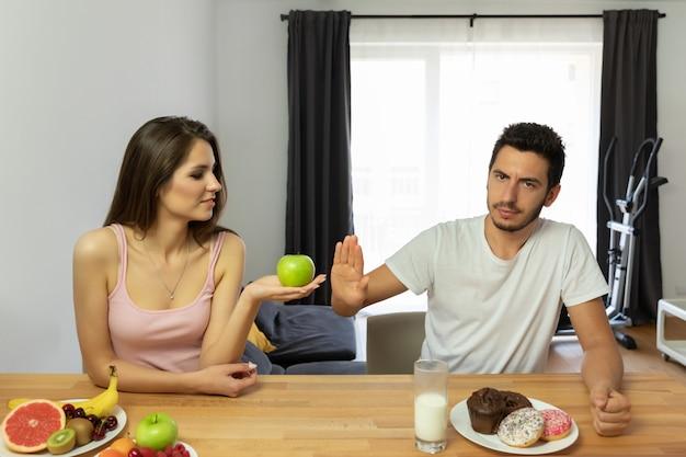 Противостояние здорового образа жизни и быстрого питания. психология мужчин и женщин.