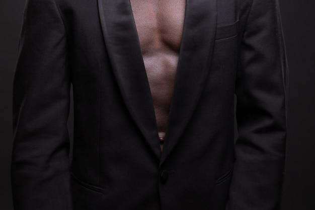 暗い背景の美しいと筋肉の黒人男性。