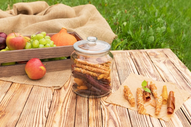 Сладкое пюре из фруктовой пастилки. натуральные сладости из сушеных ягод и фруктов.