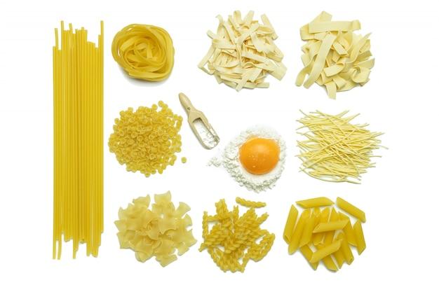 Коллекция итальянской пасты, муки и куриного яйца, изолированные вид сверху