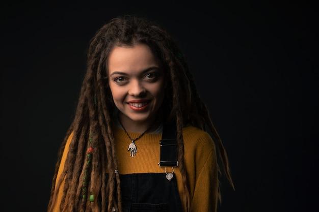 黒の恐怖を持つ若い女の子の肖像画