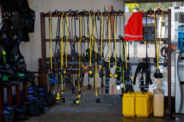 インストラクター室のダイビング用品。