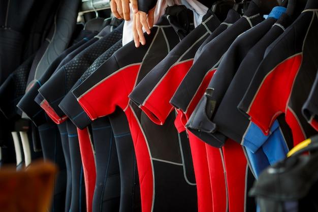インストラクターのオフィスまたは店舗でのダイビングスーツのレンタル。