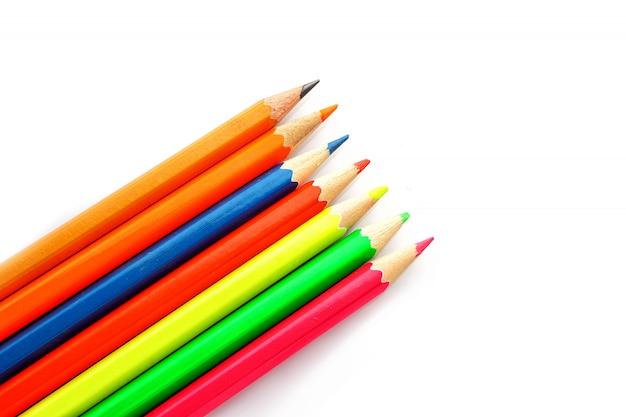 Цветные карандаши, изолированные на белом фоне крупным планом.