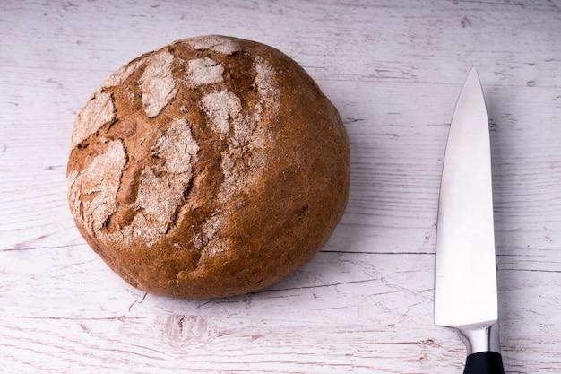 自家製のライ麦パン、朝食用の素朴なスタイル。天然物。