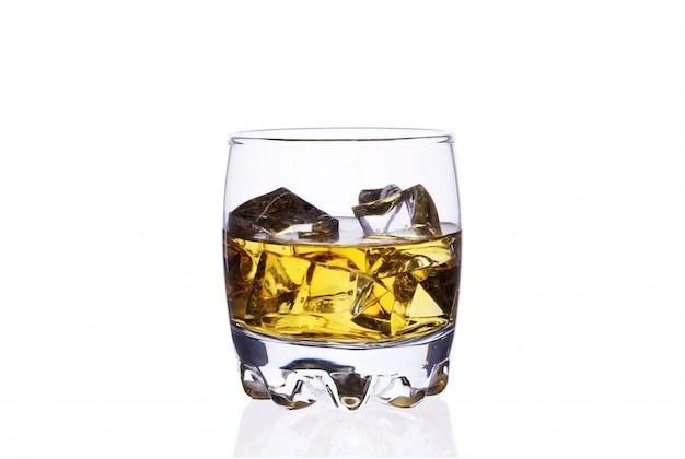 Стекло вискиа с кубиками льда на белом изоляте предпосылки.