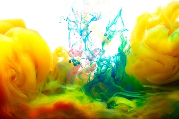 水のモーションカラードロップ、インクが渦巻く、カラフルなインクの抽象化。水の下でインクの空想の夢雲