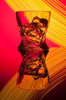 Коктейль виски стакан с кусочками льда вечеринка отражения