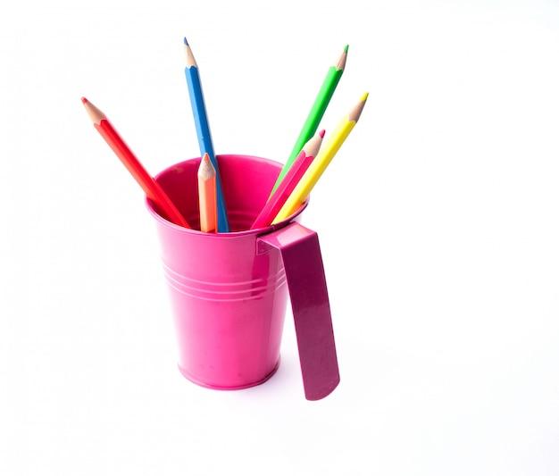 白で隔離されるバケツでカラフルな鉛筆。描画とスタイルの独創的なアイデア。
