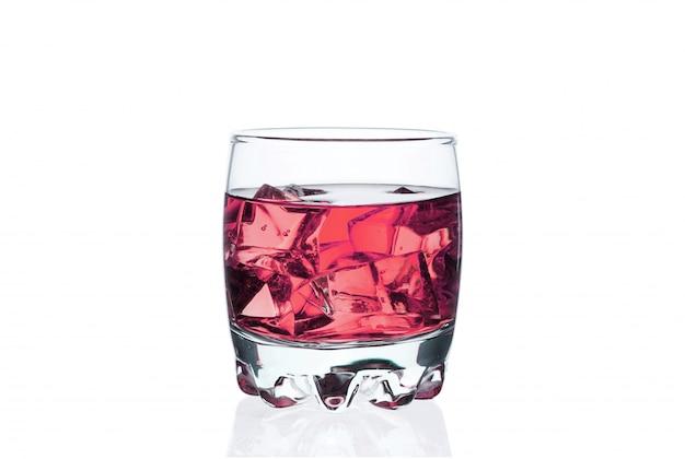 白のグラスに氷とピンクの飲み物。エキゾチックなチルドカクテル。