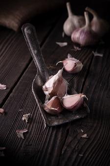 木製のテーブル、天然有機食品のニンニクの頭。