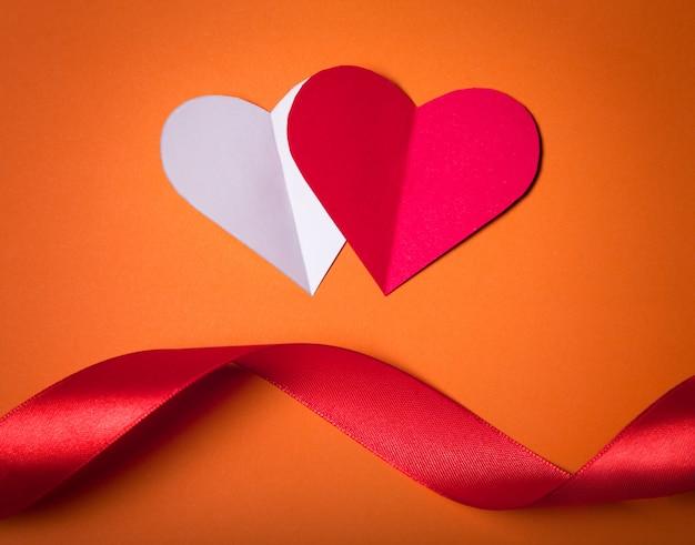 幸せなバレンタインデー、紙から赤と白の心。良いホリデーカード。