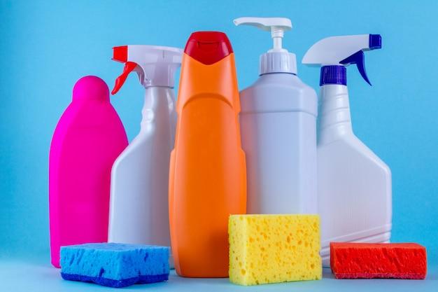 Различные бутылки, спреи для уборки дома