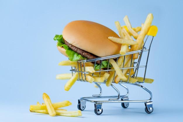 食品のコンセプト。フライドポテトとスナックのハンバーガー。ジャンク、炭水化物、不健康な食べ物。