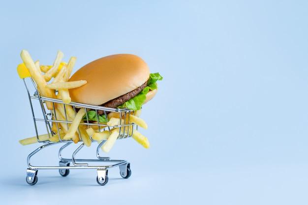食品のコンセプト。フライドポテトとスナックのハンバーガー。ジャンク、悪い、不健康な食べ物。コピースペース
