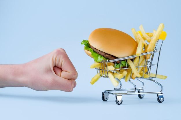 フライドポテトとスナックのハンバーガー。ファーストフード中毒。太りすぎと肥満との戦い。ジャンク品、不健康な食べ物の拒否