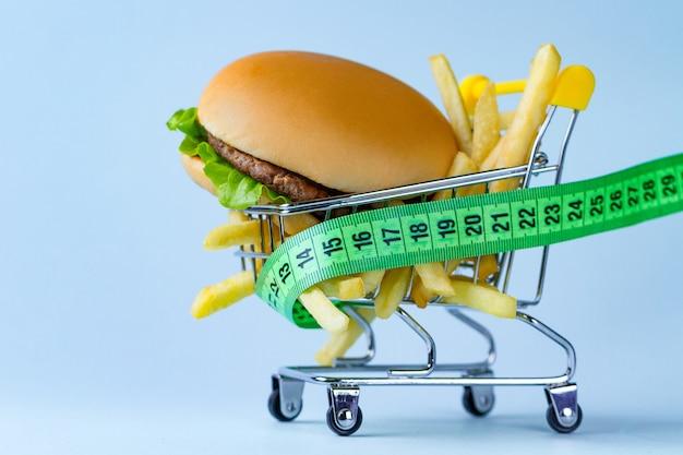食べ物と食事のコンセプト。栄養と体重のモニタリング。炭水化物食品とファーストフードの制限。ダイエットする