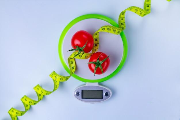 ダイエットのコンセプト。適切な栄養と体重減少。細身のために新鮮な熟した野菜を食べる。スリミングと健康食品。