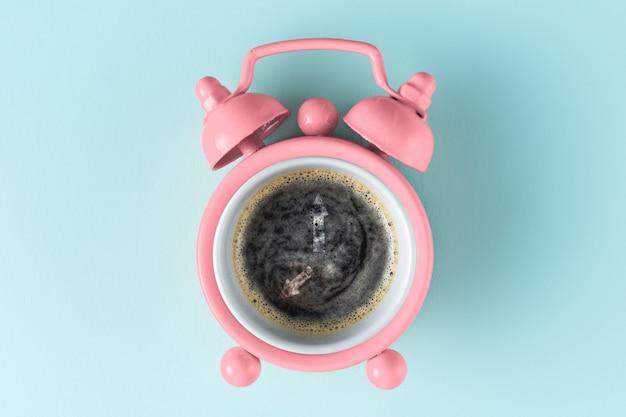 ピンクの目覚まし時計とコーヒー