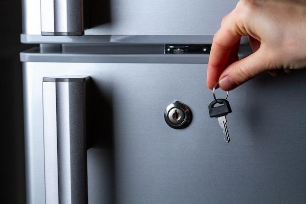Металлическая дверь холодильника с замком. хранение и замораживание продуктов