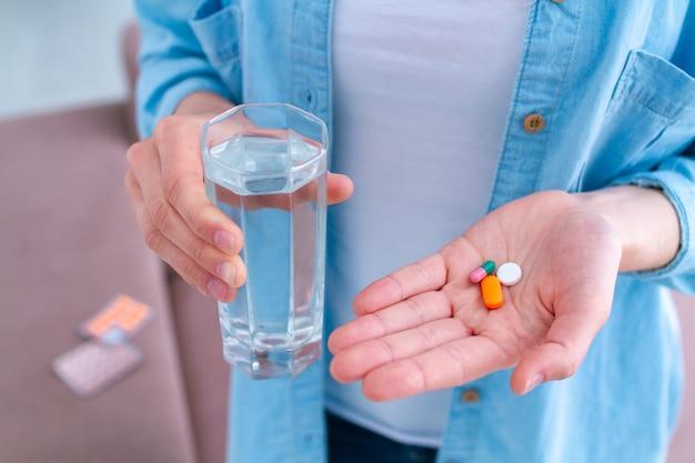 幸福と病気の治療のためのビタミンと錠剤。薬を飲む