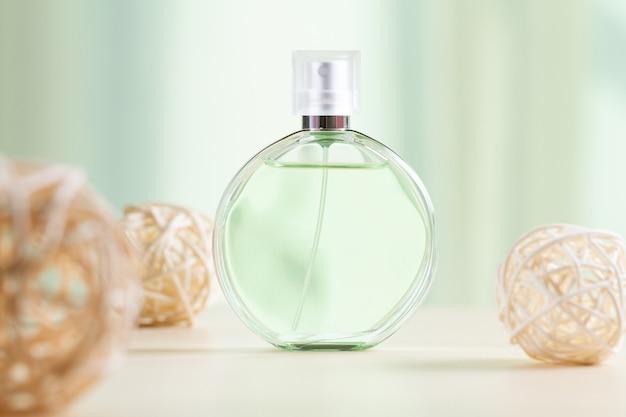 女性の香水のボトル
