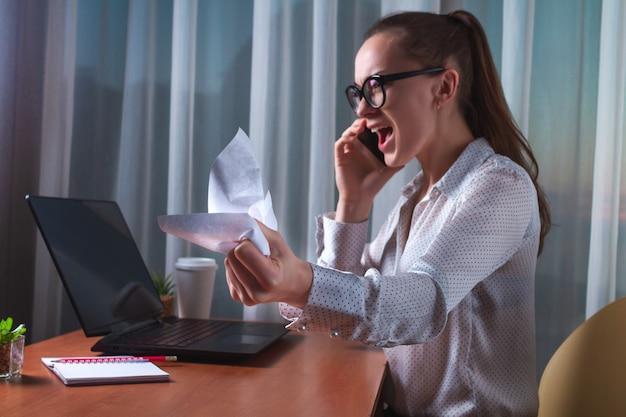 怒っている労働者が感情的に電話で話し、ハードなプロジェクト作業中にドキュメントをくしゃくしゃにします。ビジネス問題概念の神経質な仕事