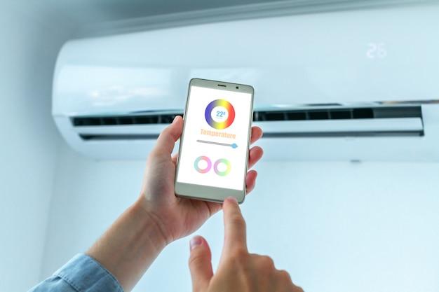 エアコンの温度を調整するための携帯電話のモバイルアプリケーション。スマートハウス